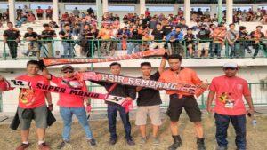 Suporter PSIR Rembang dari kawasan Jabodetabek hadir di Stadion Singaperbangsa, guna memberikan dukungan. (gambar atas) Pemain PSIR saat berada di ruang ganti, sebelum laga melawan Persika, Minggu sore.