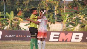 Kiper PSIR Rembang menghibur rekannya, Yoni Ustaf Bukhori yang gagal mencetak gol dari tendangan penalti, saat dijamu PSIP Pemalang, Kamis sore.