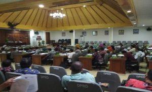 Suasana penyerapan aspirasi dari masyarakat di gedung DPRD Rembang, untuk menggodok rancangan Perda tentang Pengelolaan Sampah.