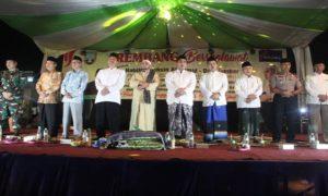 Suasana Rembang Bersholawat. (Gambar atas) Bupati Rembang, Abdul Hafidz beserta isteri ikut pawai, Jum'at sore.