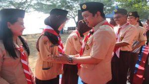 Wakil Bupati Rembang, Bayu Andriyanto memberikan ucapan selamat kepada anggota Saka Pramuka Pariwisata.