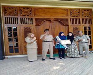 Sarinten (tengah), foto bareng dengan Bupati Rembang dan isteri, Senin pagi.