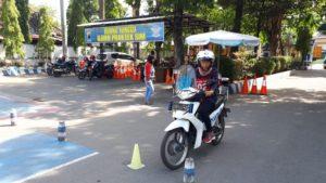 Seorang pemohon SIM mengikuti ujian praktek mengendarai sepeda motor di depan Makolantas Polres Rembang.