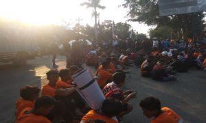 Suporter PSIR Rembang duduk di tengah Jl. Pemuda, depan Stadion Krida Rembang, belum lama ini, sebagai bentuk keprihatinan terhadap PSIR.