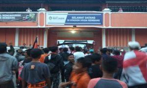 Aksi suporter PSIR Rembang di depan Stadion Krida, Rabu sore.