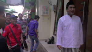 Taj Yasin berada di depan kediamannya, beberapa waktu lalu.