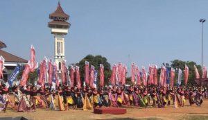 Tari Mbatik dipentaskan di Alun – Alun Rembang, tepat tanggal 27 Juli.
