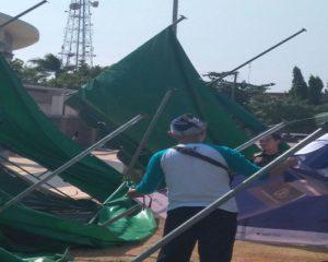 Dua stand pameran di Alun – Alun Rembang porak poranda tersapu angin kencang, Minggu pagi.