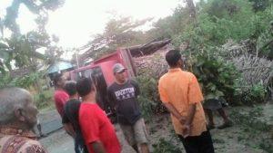 Truk tebu yang terguling di depan SMA N I Sumber (facebook).
