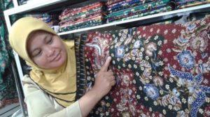Kepala Bidang Perdagangan Disperindagkop Dan UMKM Kabupaten Rembang, Tri Handayani menunjukkan batik tulis Lasem. (tribunnews).