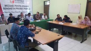 Suasana mediasi antara Suparman, bakal Caleg Partai Nasdem dengan KPU Kabupaten Rembang di Sekretariat Bawaslu Kabupaten Rembang, Jum'at (24/08).