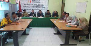 Suasana mediasi yang berlangsung di Sekretariat Bawaslu Kabupaten Rembang, Selasa (21/08).