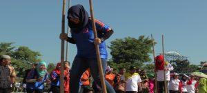 Pegawai di lingkungan Pemkab Rembang bermain egrang, beberapa waktu lalu.