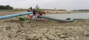 Air Embung Grawan disedot untuk mengairi tanaman. (Gambar atas) Anggota Babinsa dari Koramil Sumber, Serma Bambang Novianto memantau kondisi Embung Grawan, Senin siang.