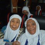 Ngatni Wiromartoyo (kiri), jemaah calon haji tertua dari Kelurahan Leteh, Rembang.