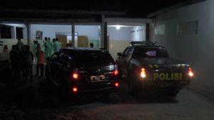 Mobil polisi hilir mudik usai autopsi bayi korban pembunuhan, di kamar mayat rumah sakit dr. R. Soetrasno Rembang, belum lama ini.