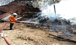 Kebakaran di brak pembuatan gula merah di Desa Japerejo, Kecamatan Pamotan, Senin (06/08).