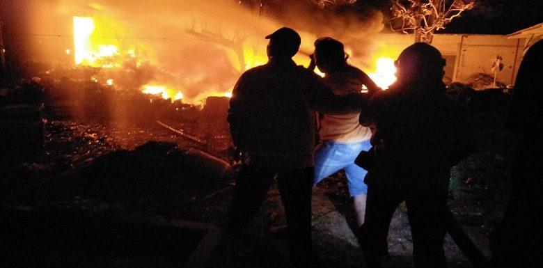 "Kebakaran Di Waru : ""Api Berkobar Besar, Kepulan Asap Membumbung Tinggi…"""