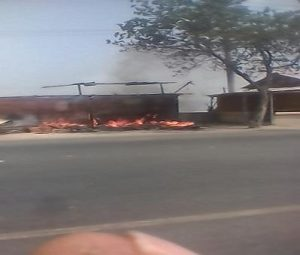 Kebakaran meludeskan warung makan di pinggir jalur Pantura Desa Tasiksono, Kecamatan Lasem, Selasa pagi.