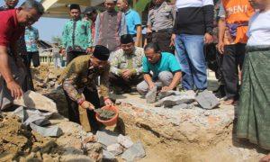 Bupati Rembang, Abdul Hafidz saat peletakan batu pertama di Masjid Demaan, Kecamatan Gunem.