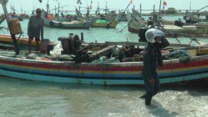 Aktivitas nelayan di pesisir pantai utara Kecamatan Sluke.