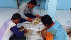 Di kantor Satpolair Polres Rembang, nelayan makan dengan lahap, Selasa siang. (Gambar atas) Aparat keamanan mendata 11 ABK yang diselamatkan, setelah kapal mereka tenggelam.