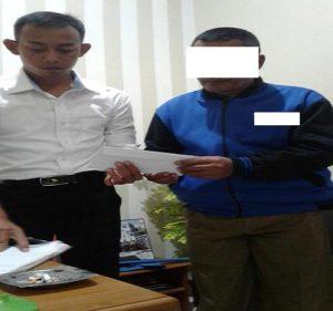 Oknum petugas Satpol PP, SG (jaket biru) saat berada di Mapolres Rembang.