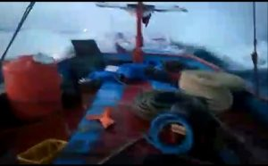 Seorang juru mudi kapal nelayan asal Rembang, mengirimkan foto kapalnya dihantam ombak besar, saat akan kembali ke Pelabuhan Tasikagung, Minggu sore (12/08).