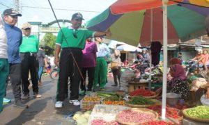 Bupati Rembang, Abdul Hafidz saat berdialog dengan pedagang yang meluber di luar kawasan pasar, belum lama ini.
