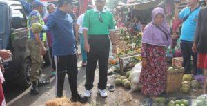 Bupati dan Wakil Bupati Rembang saat memantau pedagang Pasar Rembang yang meluber ke jalan raya, belum lama ini.