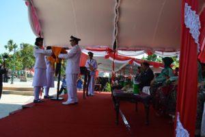Naftalena Patricia Delarosa, pembawa baki bendera merah putih, saat peringatan HUT Kemerdekaan RI ke – 73 di Alun – Alun Rembang, Jum'at pagi.