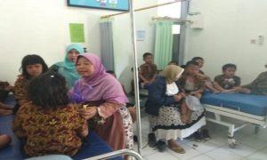 Diduga mengalami keracunan, pelajar SDN Dresi Kulon, Kecamatan Kaliori menjalani perawatan di Puskesmas Kaliori, Kamis (30/08).