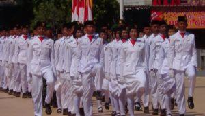 Pasukan pengibar bendera saat berada di Alun – Alun Rembang. (Gambar atas) Sejumlah anggota Paskibra menangis, usai melaksanakan tugasnya, Jum'at pagi (17/08).