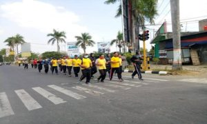 Polisi di jajaran Polres Rembang berlari di siang hari, bagian dari program pengendalian berat badan.