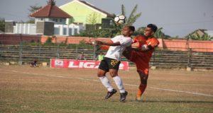 Kapten tim PSIR Rembang, Heru Wibowo (orange) menghalau bola, dalam sebuah pertandingan, baru – baru ini.