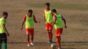 Para pemain PSIR Rembang melakukan pemanasan saat jeda pertandingan, belum lama ini. Belakangan kondisi lapangan Stadion Krida kerap dikeluhkan pemain tim tamu.