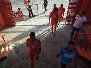 Pelatih PSIR Rembang, Uston Nawawi bersama sejumlah pemain memasuki lapangan, saat laga melawan Persibat Batang, Sabtu sore.