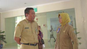 Kabid Pelayanan Medik dan Nurdin Fahrudi, Kasi Pengembangan RS dr. R. Soetrasno Rembang menjelaskan perkembangan kondisi pasien, Senin siang.