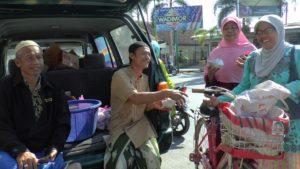 Sarapan gratis diserbu warga di dekat tugu bundaran Pasar Rembang, Jum'at pagi (24/08).