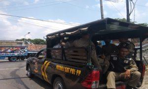 Petugas Satpol PP Kabupaten Rembang mengamankan sejumlah pelajar di Lasem, karena keluyuran pada jam sekolah.