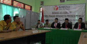 Suasana sidang adjudikasi di Sekretariat Bawaslu Kabupaten Rembang, Rabu. (gambar atas) Muhammad Nur Hasan selaku pemohon sengketa berjabat tangan dengan M. Salam, komisioner KPU Kabupaten Rembang.