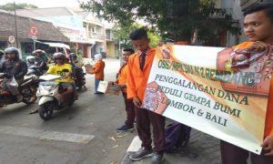 Pelajar SMA N II Rembang mengadakan penggalangan dana untuk korban gempa Lombok – NTB, di Perempatan Jaeni Rembang, Rabu sore.