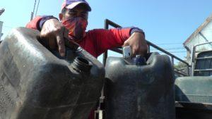 Nelayan di Tasikagung, Rembang menunjukkan jirigen kosong, ketika akan membeli solar.