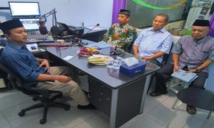 """Bupati Rembang, Abdul Hafidz (baju batik) sebelum memulai talkshow """"Halo Bupati"""" di Radio R2B, Minggu malam."""