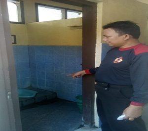 TKP pembunuhan bayi di kamar mandi sekolah. (gambar atas) Polisi memberikan penjelasan kepada sejumlah dokter wanita, saat masih berada di kamar mayat RS dr. R. Soetrasno Rembang.