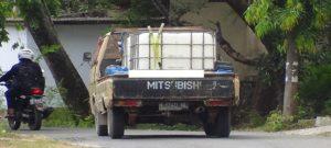 Sebuah mobil memasuki Desa Kajar Kecamatan Lasem, untuk mengambil air.