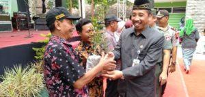 Bupati Rembang, Abdul Hafidz menyerahkan bibit pohon buah kawis dan klaim asuransi gagal panen, Jum'at (21/09).