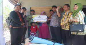 Bupati Rembang, Abdul Hafidz menyalurkan bantuan kepada warga Dusun Bulaksempu yang rumahnya roboh.