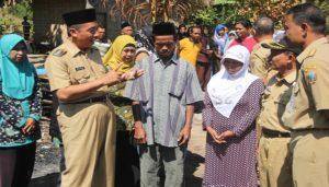 Bupati Rembang, Abdul Hafidz mengunjungi korban kebakaran di Desa Mantingan, Kecamatan Bulu, Selasa (04/09).