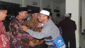 Bupati Rembang, Abdul Hafidz menyambut jamaah haji di Asrama Haji Donohudan Boyolali, Sabtu malam.